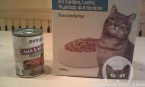 Nassfutter und Trockenfutter für Katzen